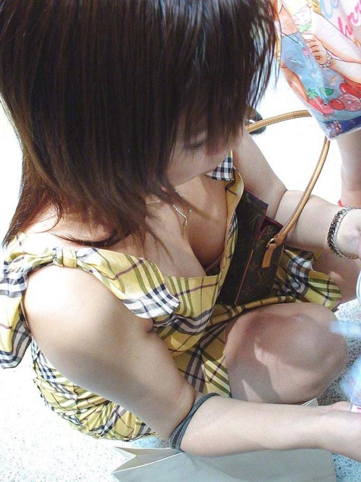 【胸チラエロ画像】薄着はチャンス!夏はどこでも膨らみ覗ける絶好の季節www 14