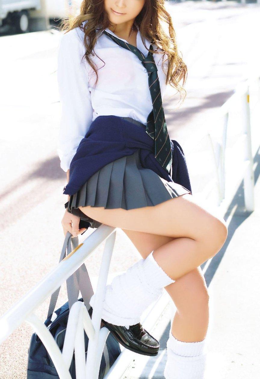 【制服エロ画像】履いてなかったら問題wパンツの見えない制服娘の横尻www 13