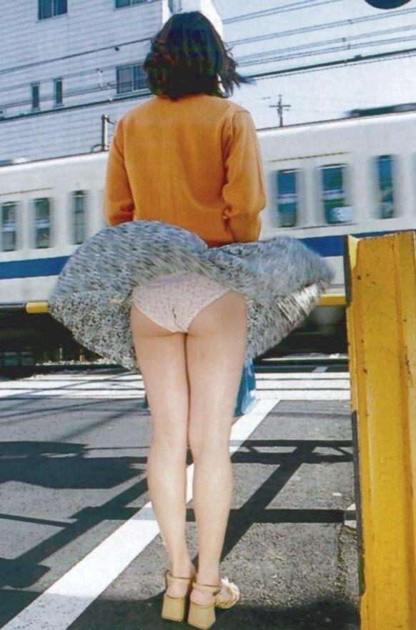 【パンチラエロ画像】風が吹いた!軽そうなミニを見守り捲れ待てば下着が…www 12