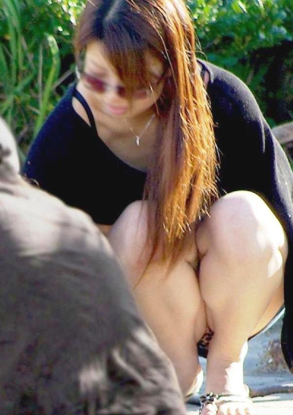 【パンチラエロ画像】彼女のが見えてたら隠しましょうw屋外の座りチラ女子www 01