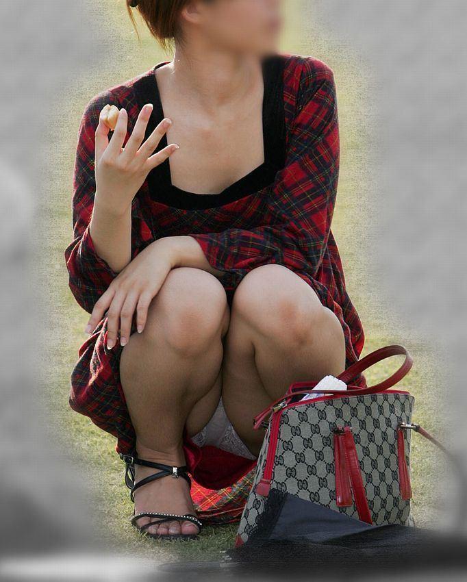 【パンチラエロ画像】彼女のが見えてたら隠しましょうw屋外の座りチラ女子www 02