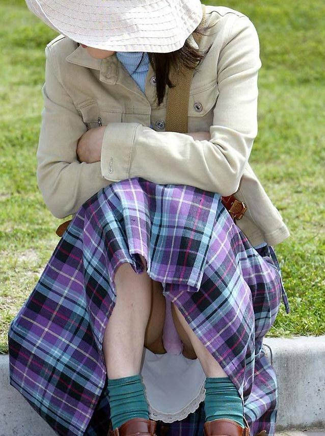 【パンチラエロ画像】彼女のが見えてたら隠しましょうw屋外の座りチラ女子www 05