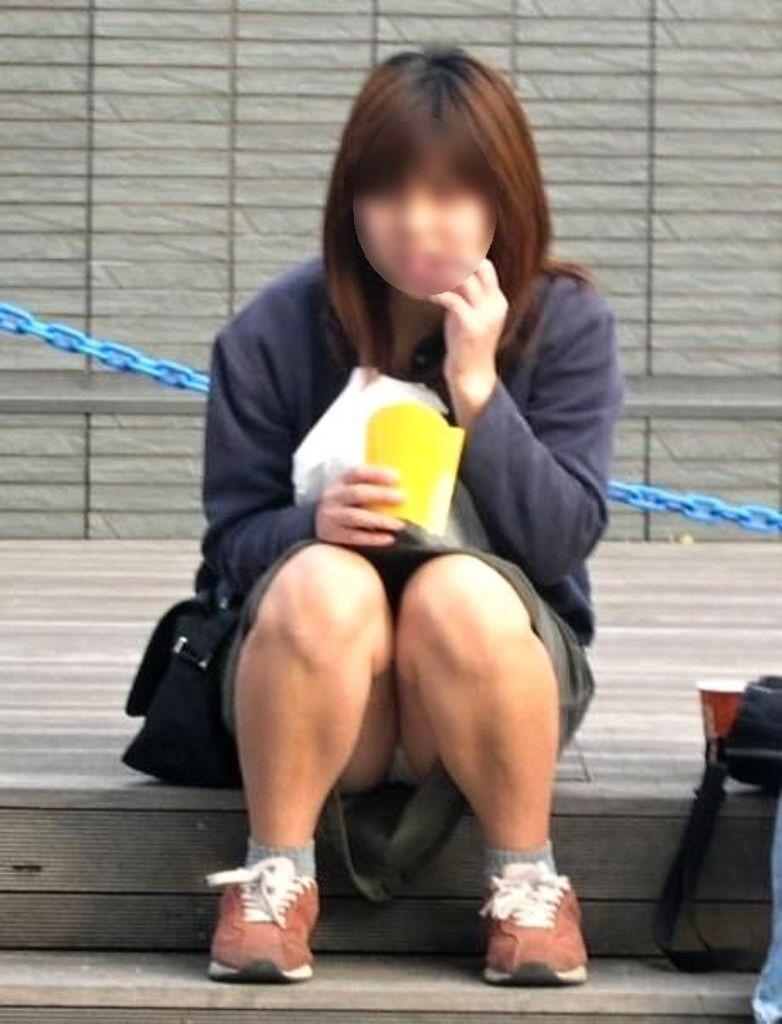 【パンチラエロ画像】彼女のが見えてたら隠しましょうw屋外の座りチラ女子www 06