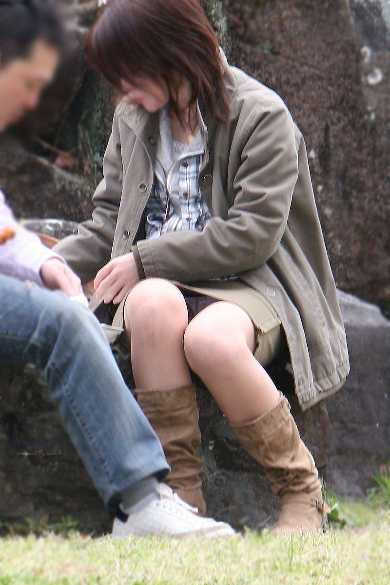 【パンチラエロ画像】彼女のが見えてたら隠しましょうw屋外の座りチラ女子www 07