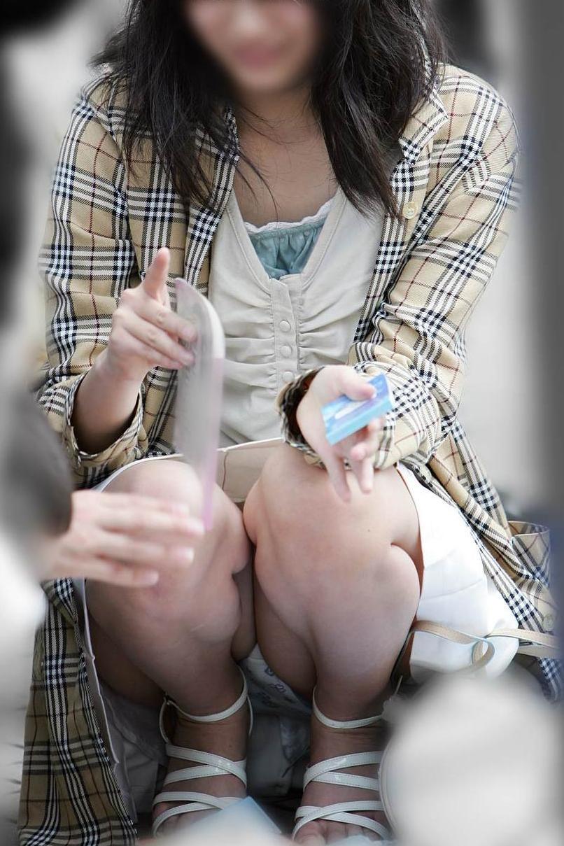 【パンチラエロ画像】彼女のが見えてたら隠しましょうw屋外の座りチラ女子www 13
