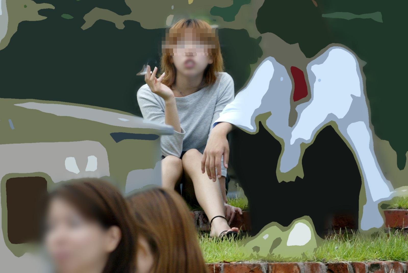 【パンチラエロ画像】彼女のが見えてたら隠しましょうw屋外の座りチラ女子www 14