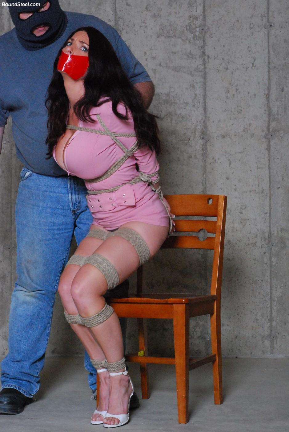 【SMエロ画像】緊縛効果で乳袋もパワーアップ!着たまま縛られたM外人www 15