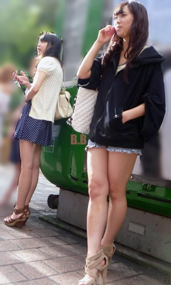 【美脚エロ画像】活き活きとした太ももとピッタリ着尻が見どころなショーパン女子撮り! 05