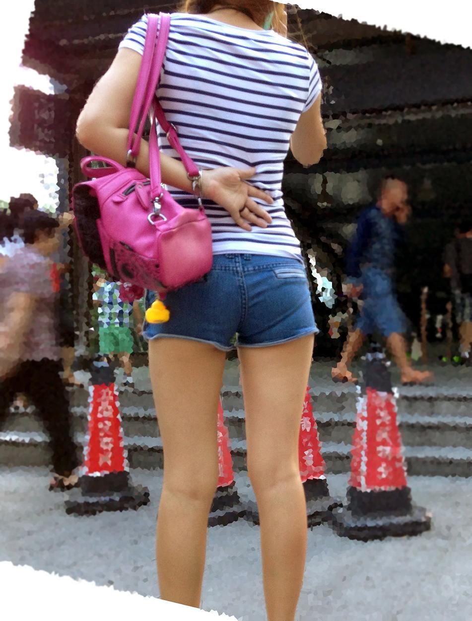 【美脚エロ画像】活き活きとした太ももとピッタリ着尻が見どころなショーパン女子撮り! 07