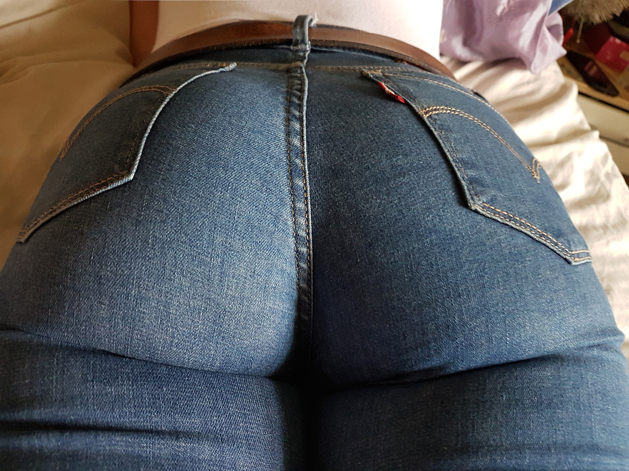 【着尻エロ画像】脱ぎにくそう…ジーンズ履いてラインが明確な着衣尻www 02