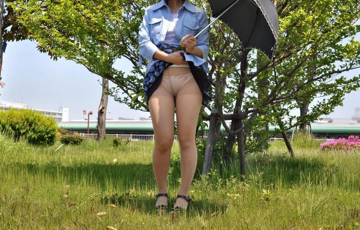 【パンモロエロ画像】見せられたらヤるしかない!スカートたくし上げて誘う女www 02