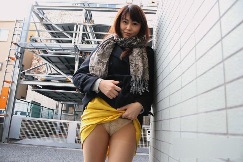 【パンモロエロ画像】見せられたらヤるしかない!スカートたくし上げて誘う女www 08