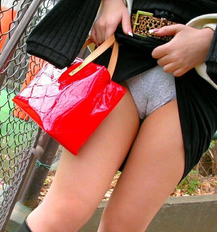 【パンモロエロ画像】見せられたらヤるしかない!スカートたくし上げて誘う女www 12