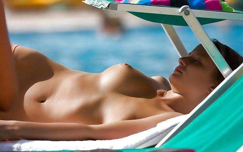 【海外エロ画像】どんな乳でも見せびらかし!躊躇いなどないトップレス外人www 01