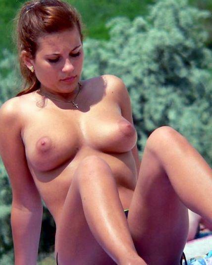 【海外エロ画像】どんな乳でも見せびらかし!躊躇いなどないトップレス外人www 10