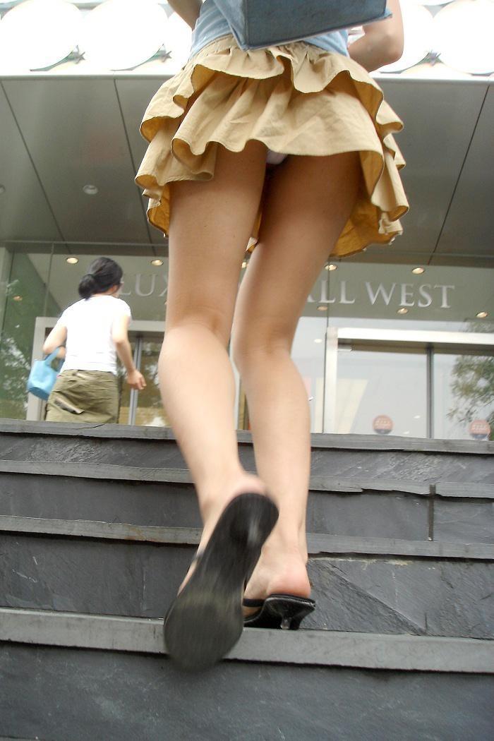 【パンチラエロ画像】階段上がるミニスカに注意!周りも警戒して見るべきローアングルチラwww 03