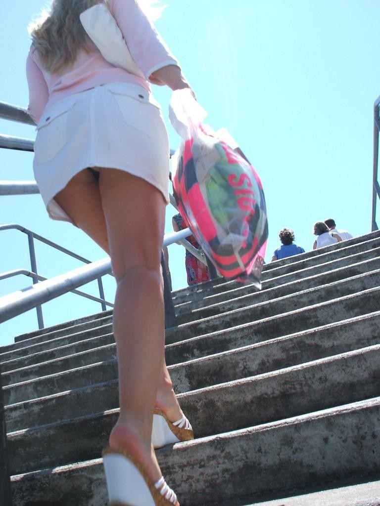 【パンチラエロ画像】階段上がるミニスカに注意!周りも警戒して見るべきローアングルチラwww 06