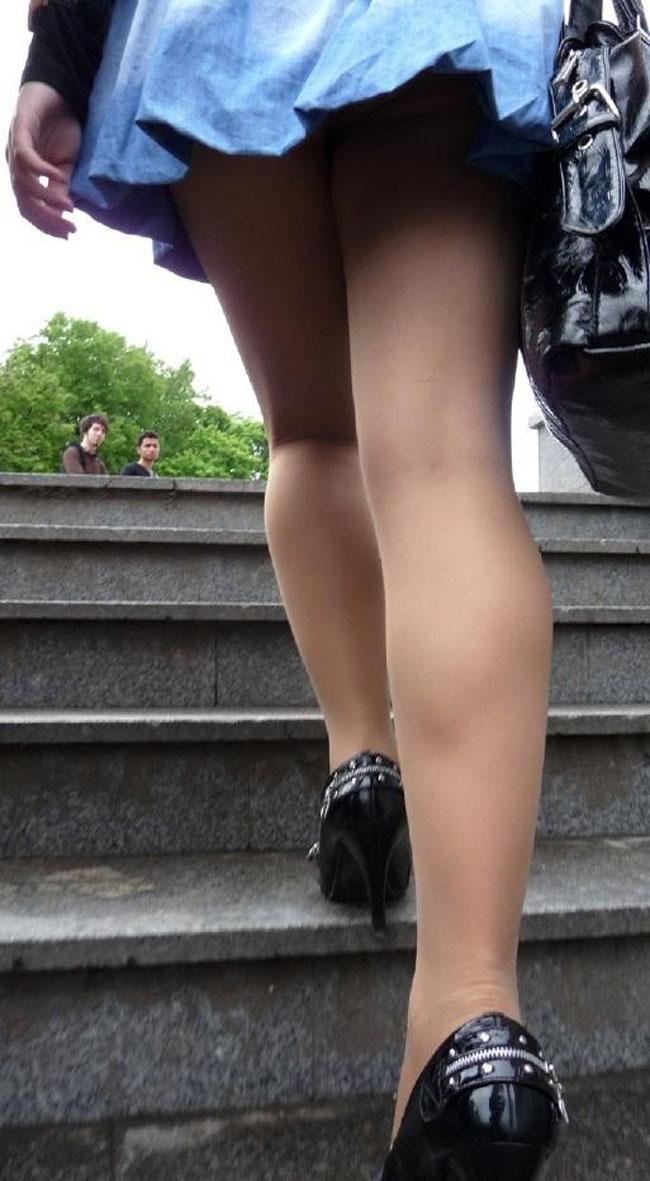 【パンチラエロ画像】階段上がるミニスカに注意!周りも警戒して見るべきローアングルチラwww 11