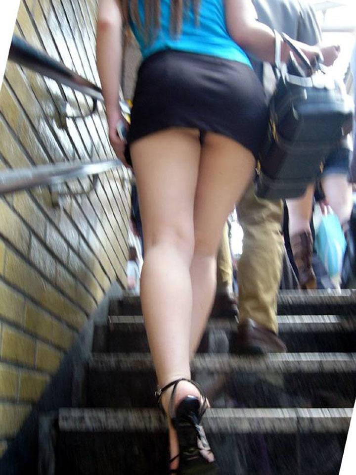 【パンチラエロ画像】階段上がるミニスカに注意!周りも警戒して見るべきローアングルチラwww 12