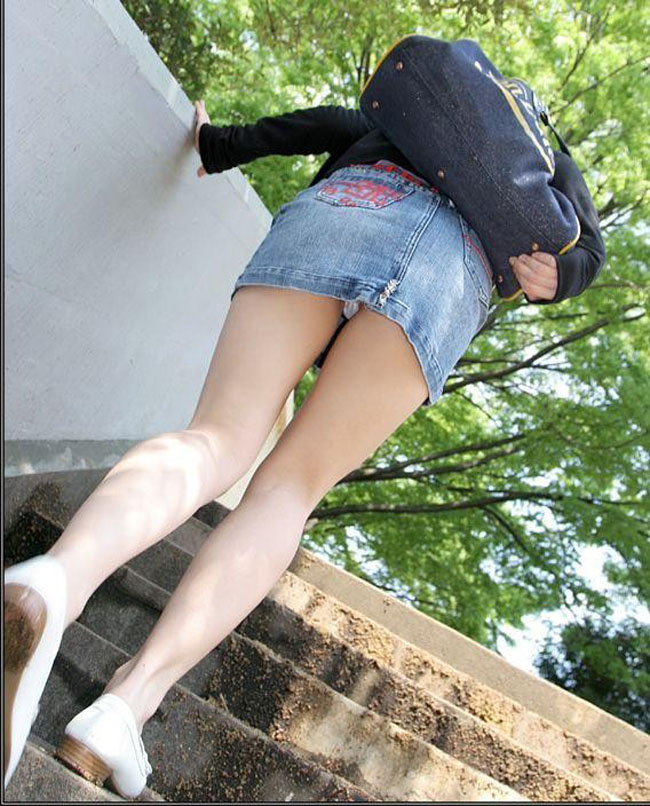 【パンチラエロ画像】階段上がるミニスカに注意!周りも警戒して見るべきローアングルチラwww 15
