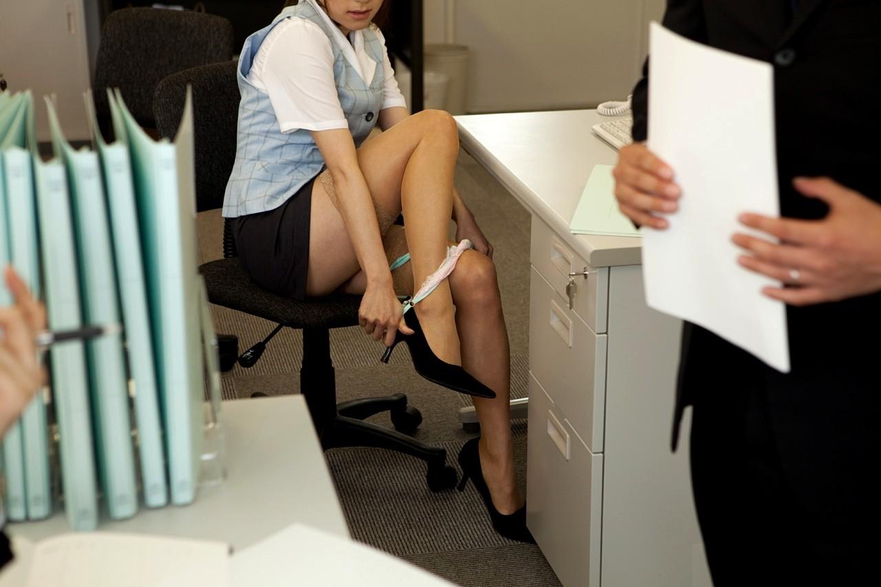 【脱衣エロ画像】スカートはそのままwパンツだけ脱ぎたてのたまらない美尻www 10