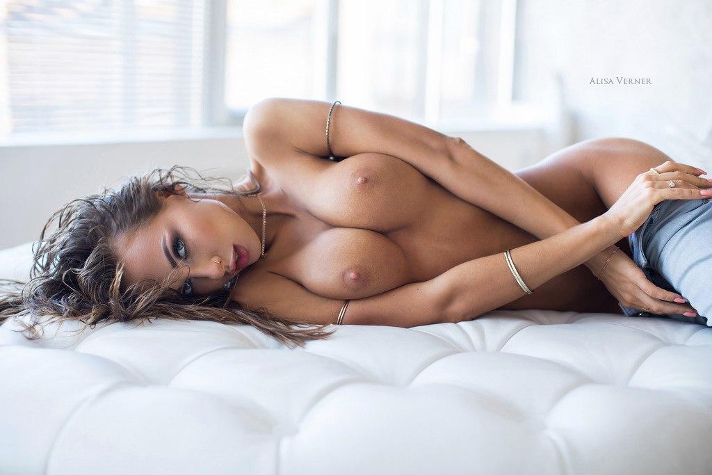 【裸体エロ画像】簡単には折れませんw肋骨浮きも魅力なスレンダー美女たちwww 01