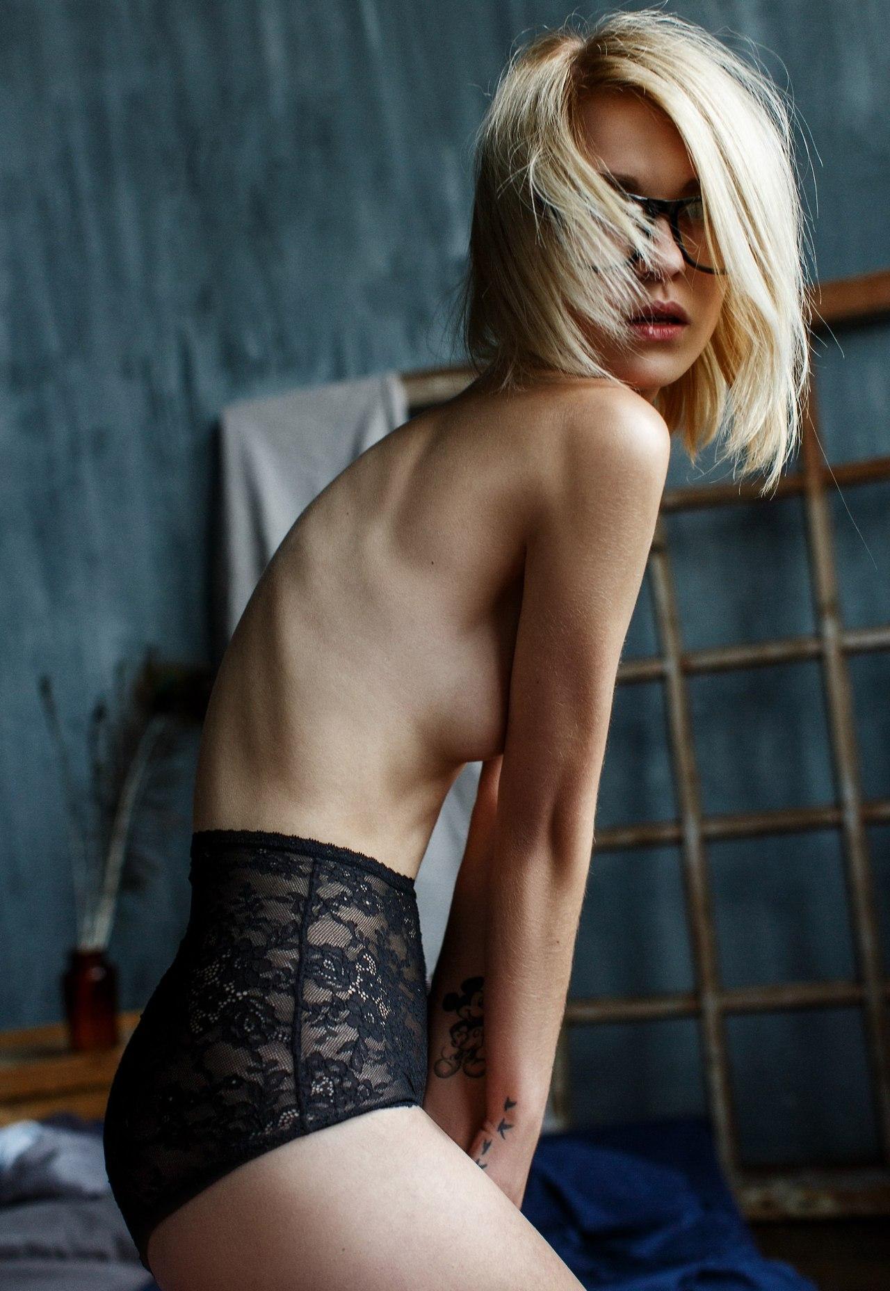 【裸体エロ画像】簡単には折れませんw肋骨浮きも魅力なスレンダー美女たちwww 04