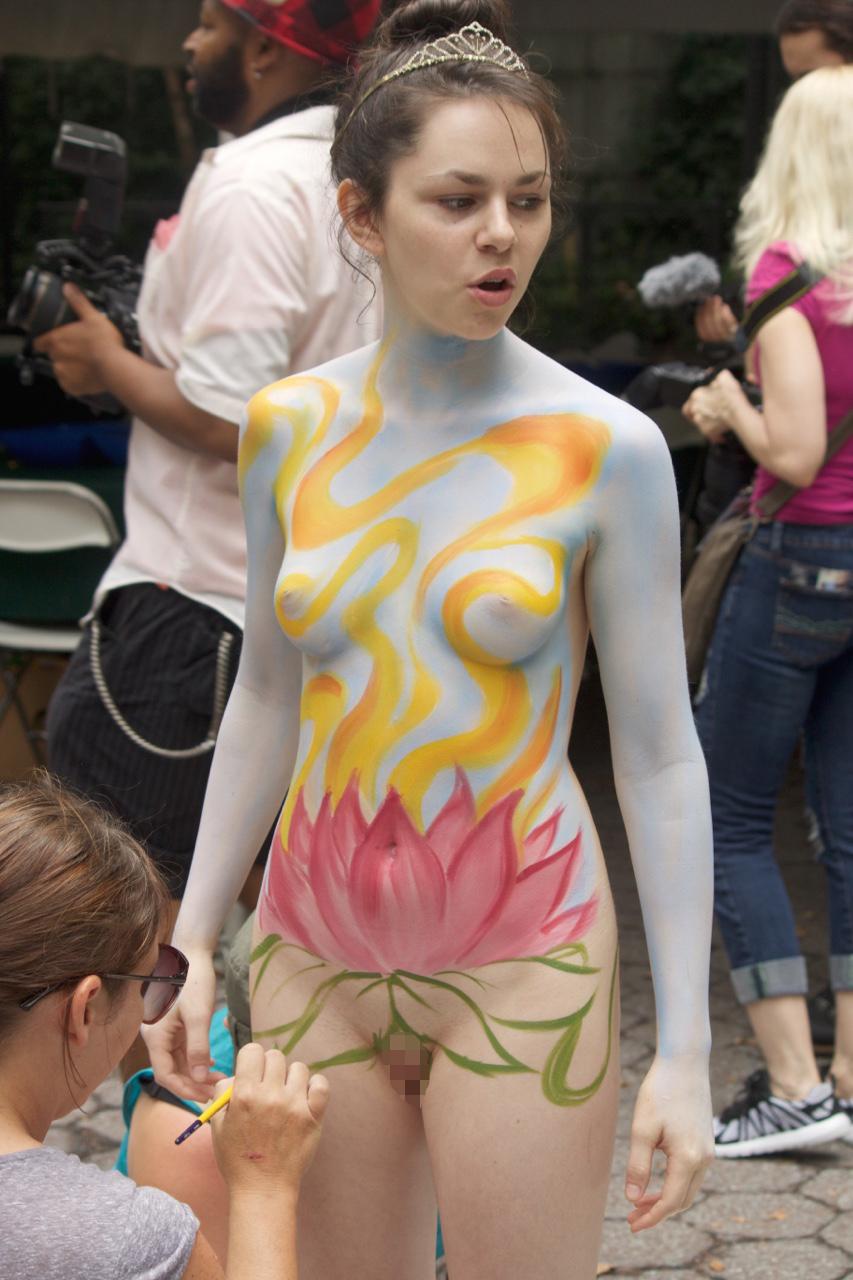 【露出エロ画像】塗ってるだけw遠くからなら誤魔化せるボディペイント女体www 04