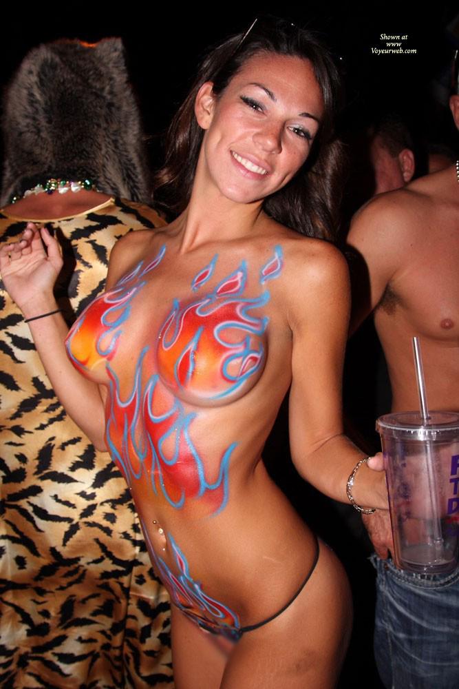 【露出エロ画像】塗ってるだけw遠くからなら誤魔化せるボディペイント女体www 14