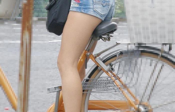 【美脚エロ画像】漕いでいる時のムッチリ太ももがそそる自転車女子たちwww 001