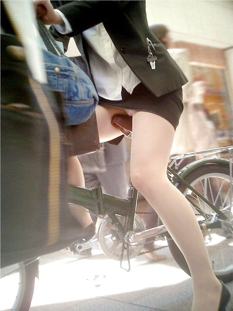 【美脚エロ画像】漕いでいる時のムッチリ太ももがそそる自転車女子たちwww 03
