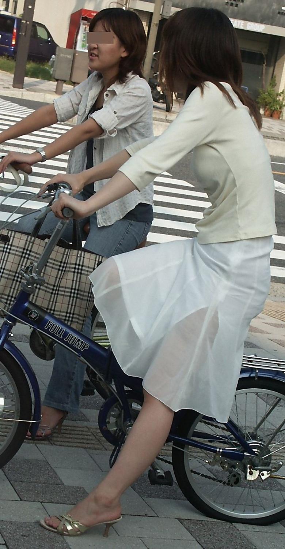 【美脚エロ画像】漕いでいる時のムッチリ太ももがそそる自転車女子たちwww 05