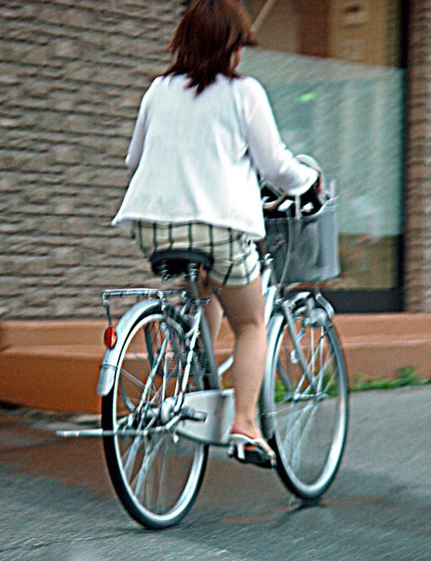 【美脚エロ画像】漕いでいる時のムッチリ太ももがそそる自転車女子たちwww 06