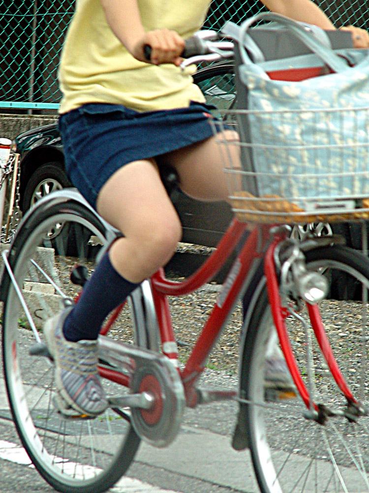 【美脚エロ画像】漕いでいる時のムッチリ太ももがそそる自転車女子たちwww 07