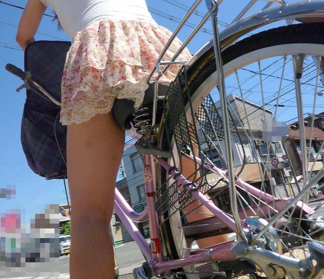 【美脚エロ画像】漕いでいる時のムッチリ太ももがそそる自転車女子たちwww 14