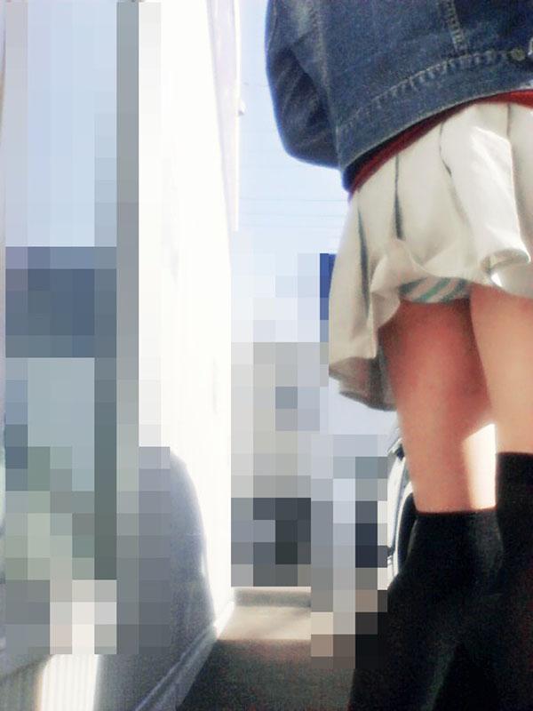 【パンチラエロ画像】自分で気付くまで見えたまま!守れていないミニスカパンチラwww 10