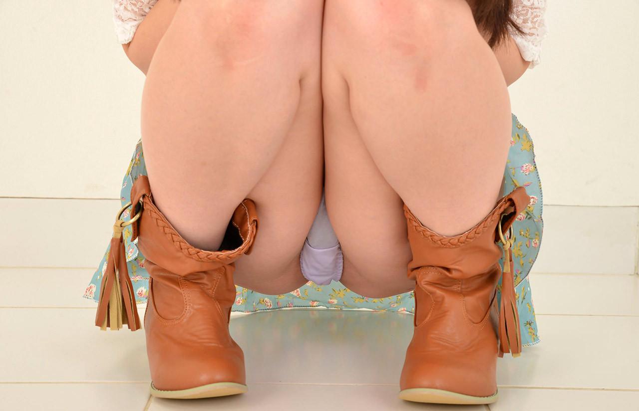 【股間エロ画像】意味深な膨らみがそそるw座る女子たちの下着越しの土手www 05