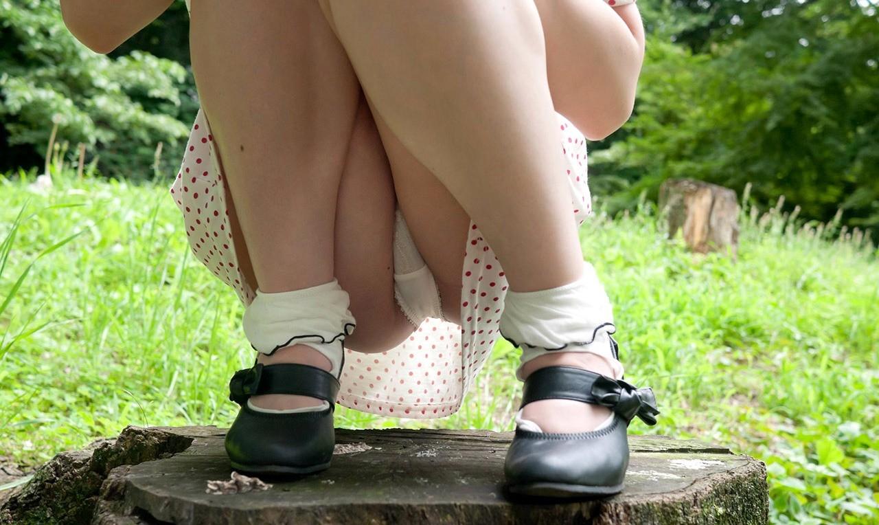 【股間エロ画像】意味深な膨らみがそそるw座る女子たちの下着越しの土手www 11