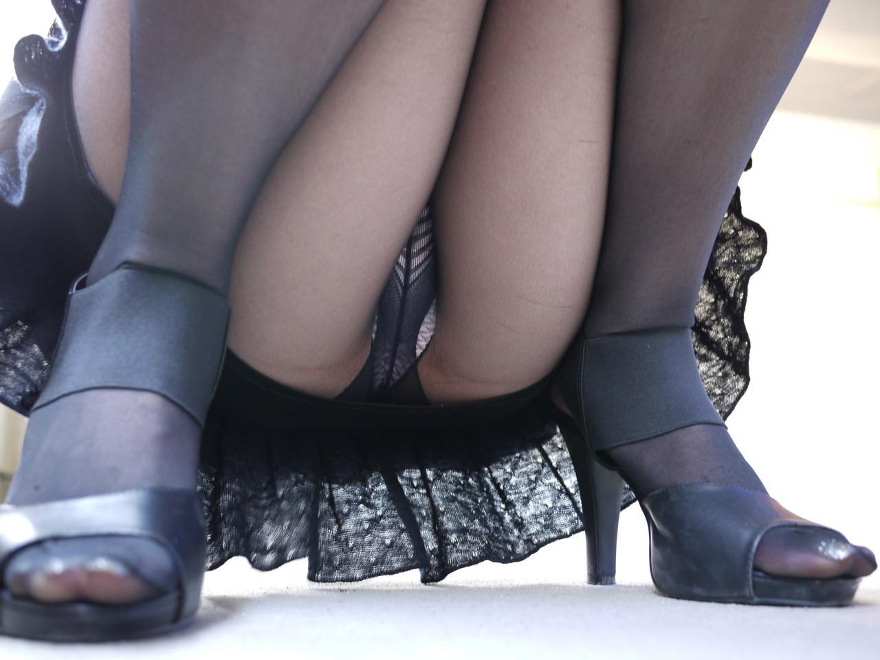 【股間エロ画像】意味深な膨らみがそそるw座る女子たちの下着越しの土手www 12