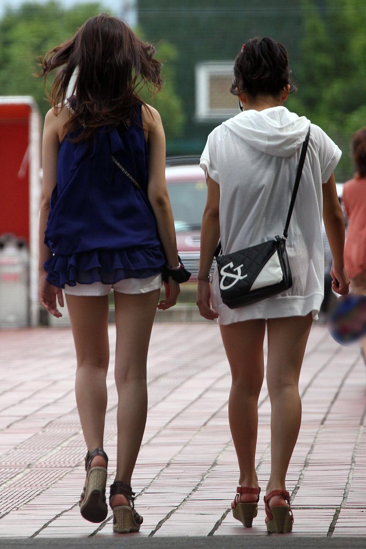 【美脚エロ画像】タイツ類は不要w生太ももが最高な夏のショーパン美脚www 09