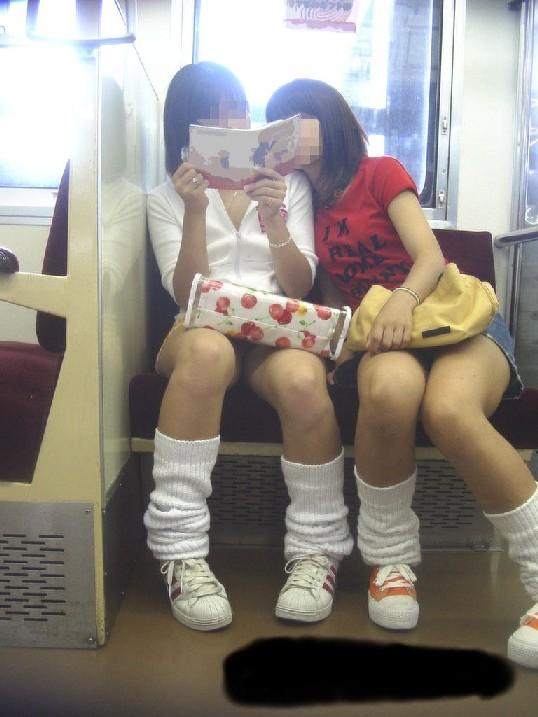 【パンチラエロ画像】居眠り中なら見えっ放し!電車乗客の対面チラ観察www 04