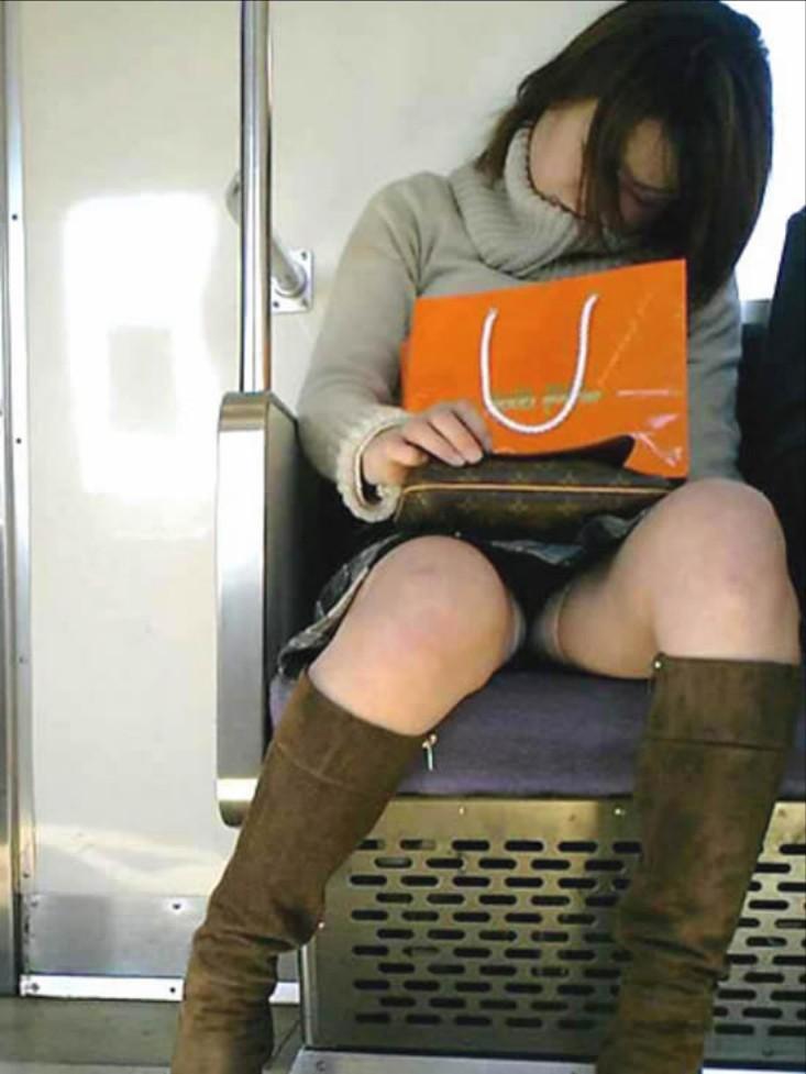 【パンチラエロ画像】居眠り中なら見えっ放し!電車乗客の対面チラ観察www 05