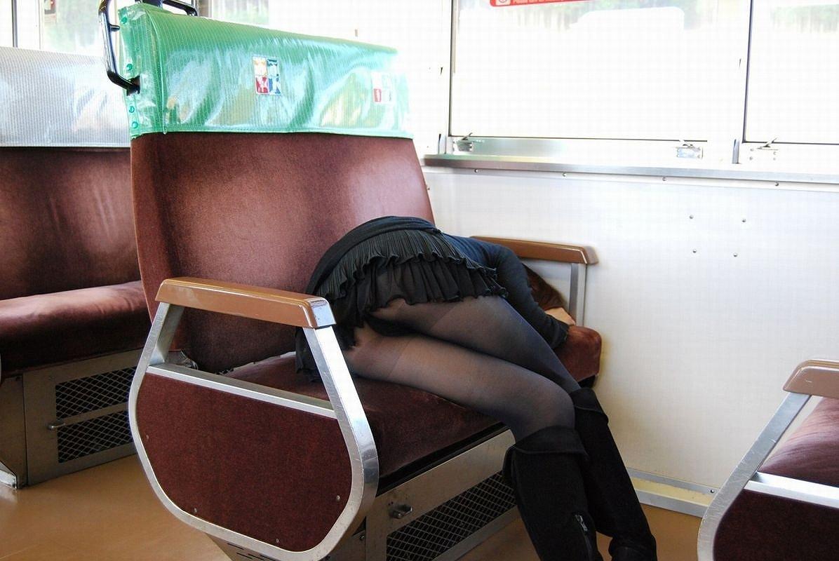 【パンチラエロ画像】居眠り中なら見えっ放し!電車乗客の対面チラ観察www 09