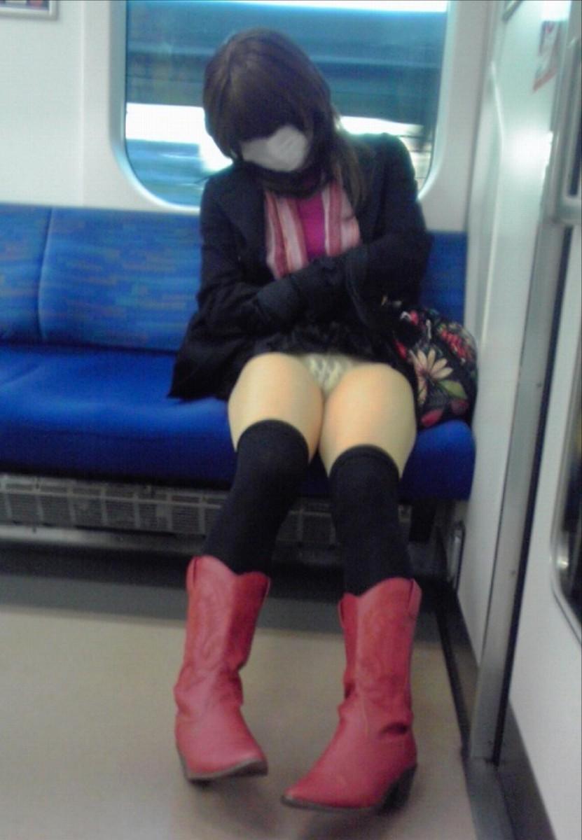 【パンチラエロ画像】居眠り中なら見えっ放し!電車乗客の対面チラ観察www 11