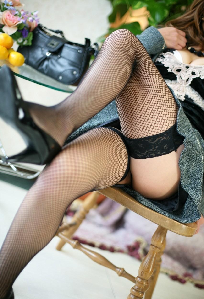 【美脚エロ画像】太ももに痕がついちゃう?網タイツを履いたムッチリ下半身www 05