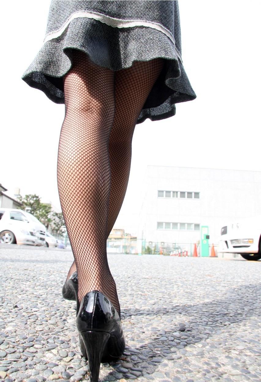 【美脚エロ画像】太ももに痕がついちゃう?網タイツを履いたムッチリ下半身www 06