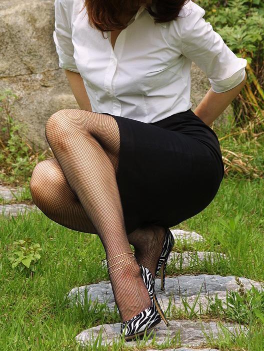 【美脚エロ画像】太ももに痕がついちゃう?網タイツを履いたムッチリ下半身www 13