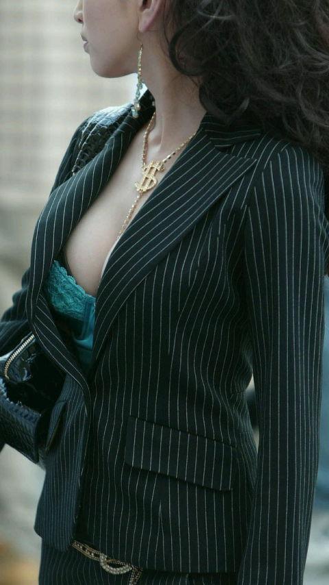【胸チラエロ画像】もっと奥まで見えたらいいなw薄着女子たちの緩すぎた胸元www 01
