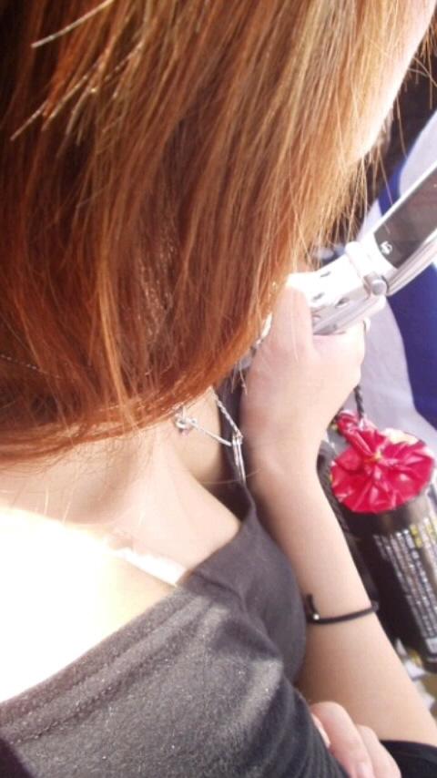 【胸チラエロ画像】もっと奥まで見えたらいいなw薄着女子たちの緩すぎた胸元www 02