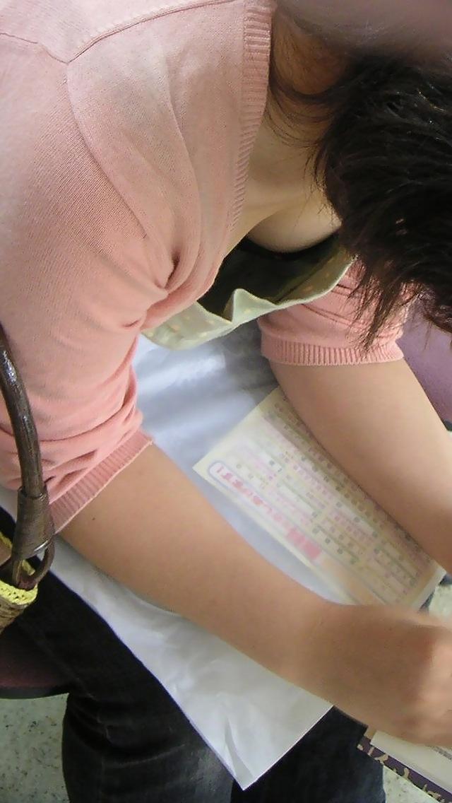 【胸チラエロ画像】もっと奥まで見えたらいいなw薄着女子たちの緩すぎた胸元www 10